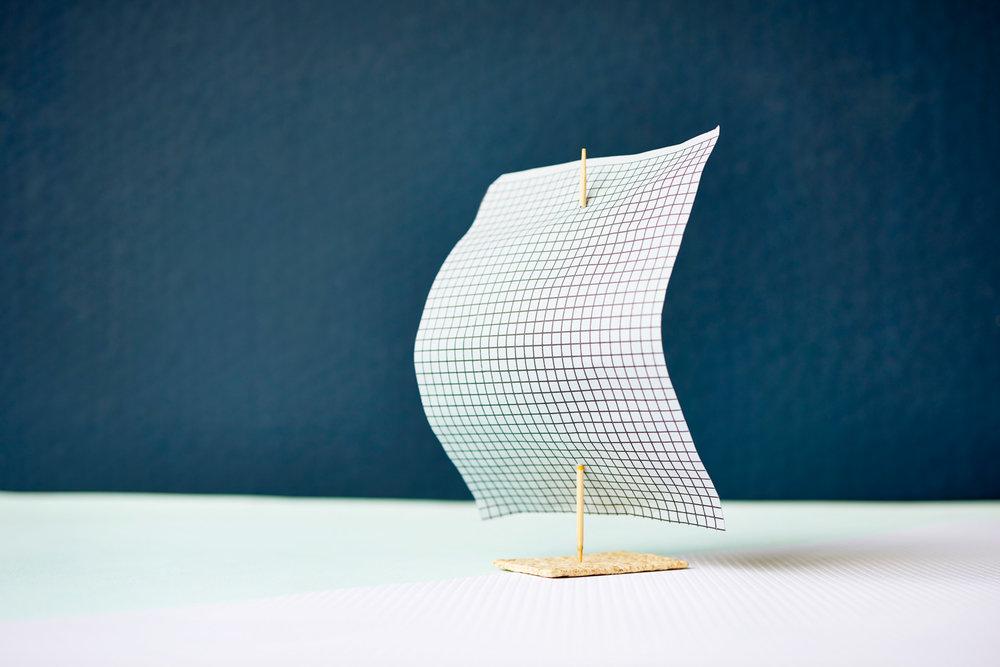 Studiofotografie: Segelboot aus Papier