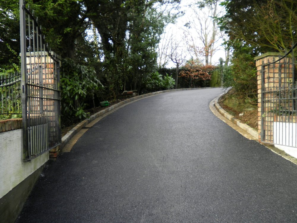 Tarmac Driveways - Regardless if its a new tarmac driveway or simply a re-surface, we guarantee to give you a quality finish each and every time.