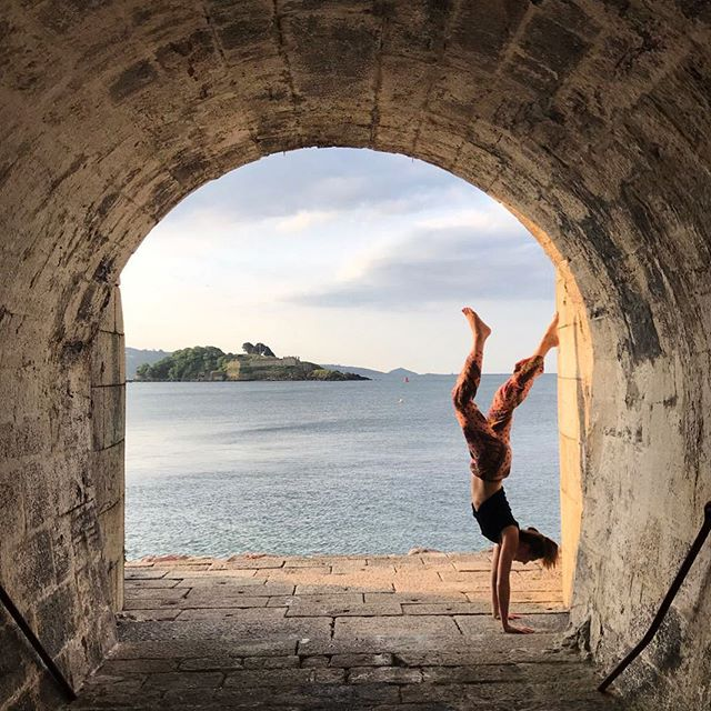 Hanging out in my favourite place earlier this week with @beesrichards #devonyoga #devonyogis #plymouth #ivybridge #yogaeverydamnday #yogaeverywhere #yogaeveryday #devon #fitspo #fitness #fitnessmotivation #handstands  #yoga
