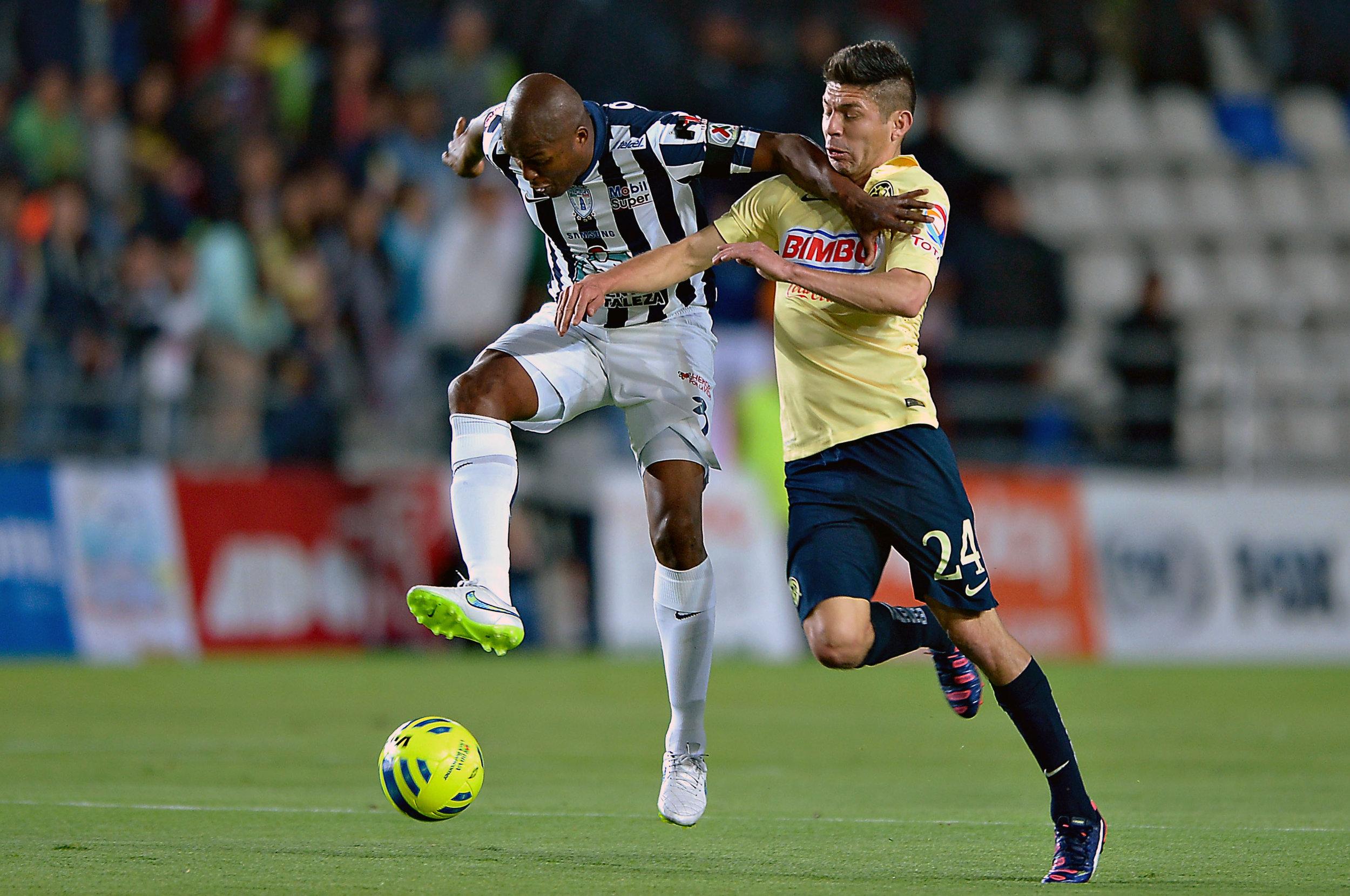 (150307) -- PACHUCA, marzo 7, 2015 (Xinhua) -- El jugador Aquivaldo Mosquera (i), de Pachuca, disputa el balón con Oribe Peralta (d), de América, durante el partido correspondiente a la Jornada 9 del Torneo Clausura 2015 de la Liga MX, celebrado en el Estadio Hidalgo, en Pachuca, estado de Hidalgo, México, el 7 de marzo de 2015. (Xinhua/Isaac Ortiz/MEXSPORT) (da) (fnc) ***CREDITO OBLIGATORIO*** ***NO ARCHIVO-NO VENTAS*** ***SOLO USO EDITORIAL***