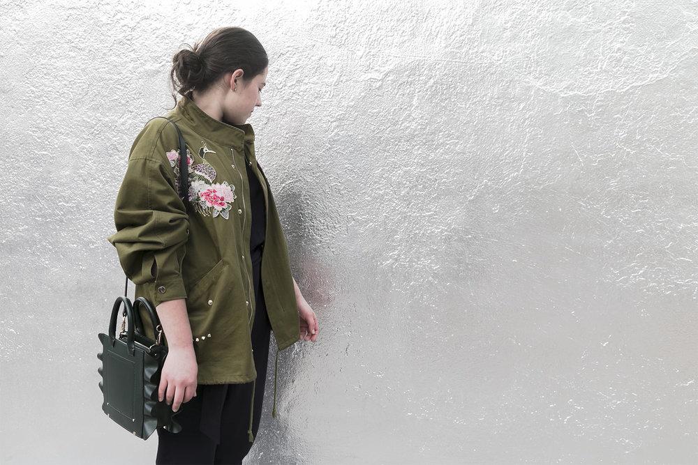 Enriqueta Arias frente al mural de The XX en la CDMX