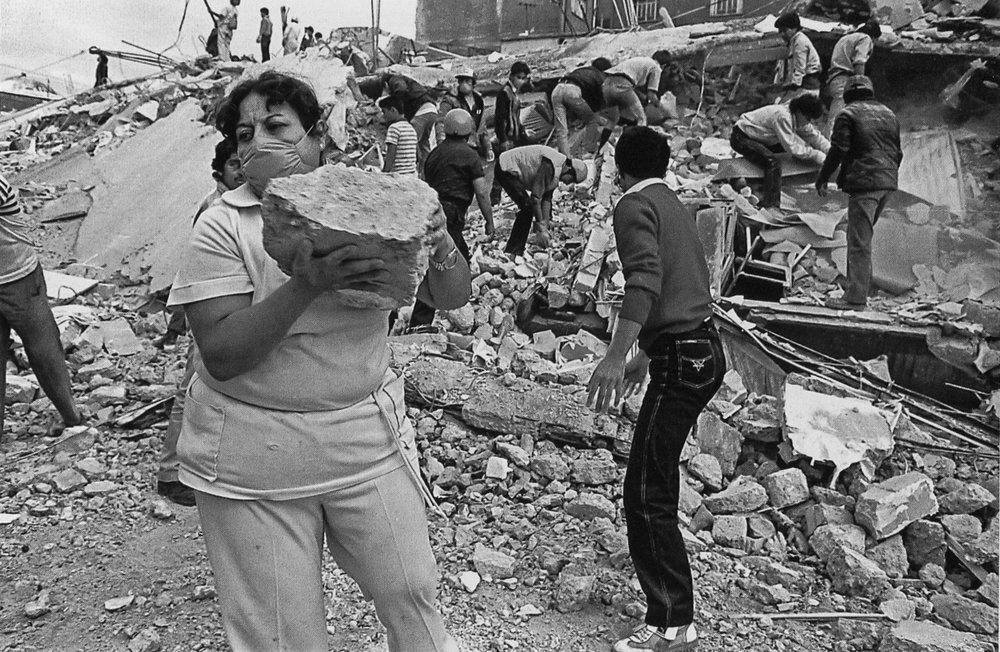 Entre los escombros del terremoto de 1985, Ciudad de México. Foto: Omar Torres