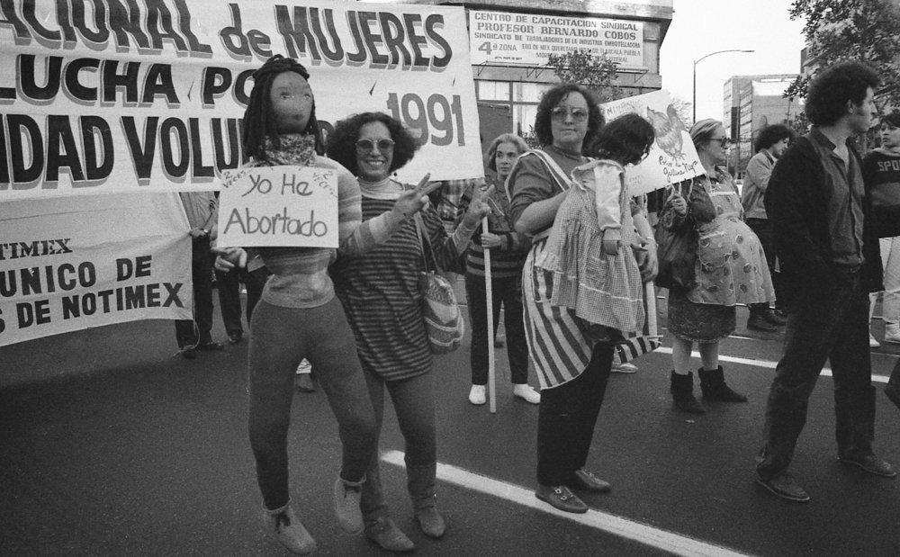 """Grupo """"Polvo de Gallina Negra"""" en la marcha por despenalización del aborto de 1991.  Archivo: Ana Victoria Jiménez"""