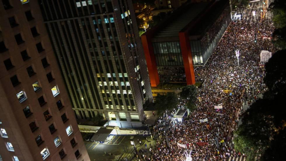 Personas se manifiestan en la avenida Paulista.Miguel Schincariol (AFP) / Video: Reuters-quality