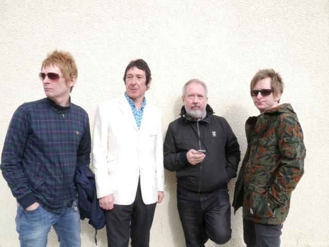 Buzzcocks vía Writewyattuk, de izquierda a derecha:Chris Remmington, Steve Diggle, Pete Shelley, Danny Farrant