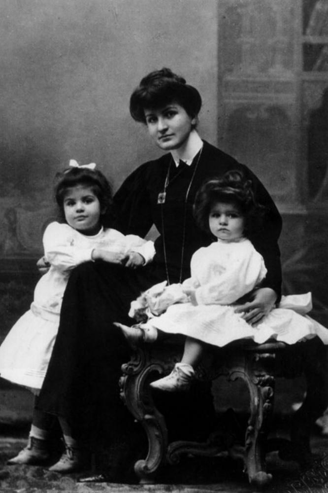 Alma Mahler con sus dos hijas.