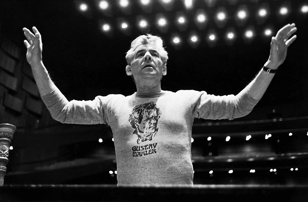El director Leonard Bernstein, uno de los más importantes directores contemporáneos con una sudadera de Gustav Mahler.