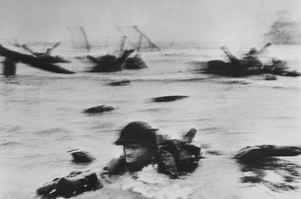 Robert Capa, 1944. Playa de Omaha durante los aterrizajes del Día D, Normandía.
