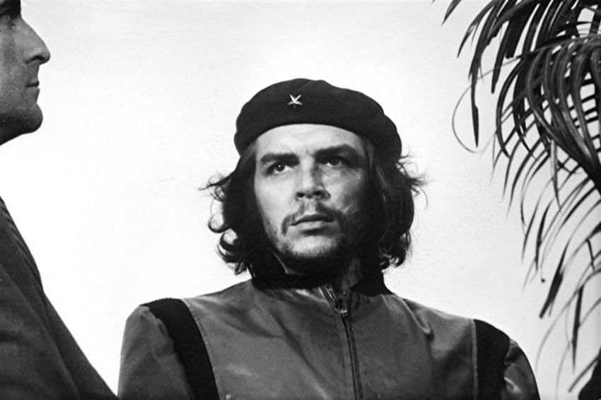 Guerrillero Heroico , Alberto Korda, 1960. Para finales de 1960, la fotografía de Korda contribuyó a solidificar al líder cubano como un ícono cultural.
