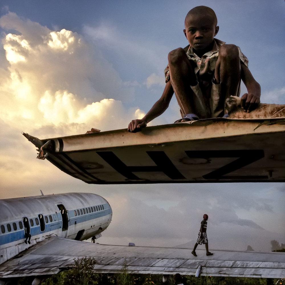 ¿Podría la fotografía ser tomada en cuenta como documento legítimo para estudiar y observar la historia? - Children on abandoned planes,Michael Christopher Brown, 2012.