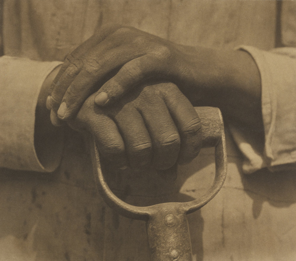 Worker's Hands , Tina Modotti, 1927. En su documentación y celebración de las vistas de México de su época, Modotti expresó sus preocupaciones sociales que posteriormente exaltaría dentro de su activismo comunista.
