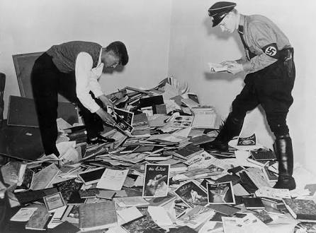 Oficiales Nazi saqueando las oficinas del    Institut für Sexualwissenschaft.