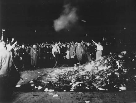 Quema ritual de libros considerados inmorales en Berlín, 1930.