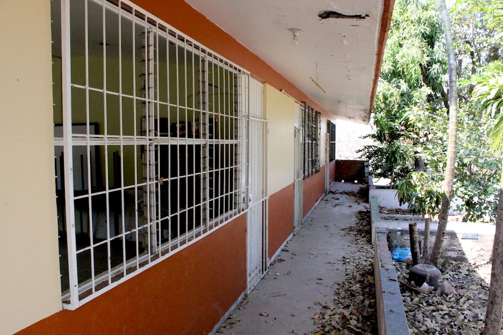 Entrada a los salones de primaria (inutilizados) de la escuela Emiliano Zapata.