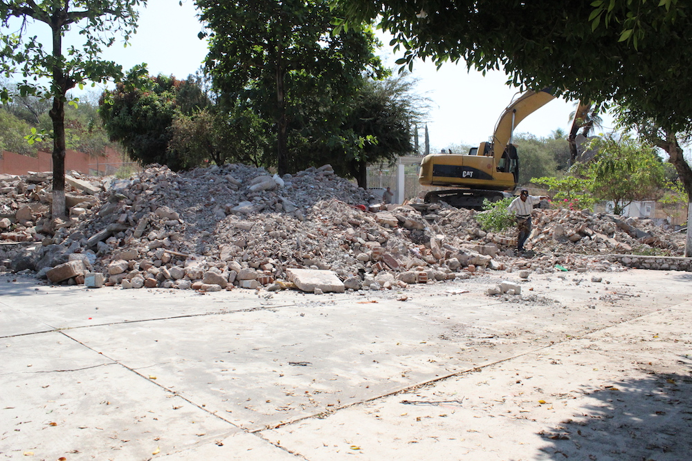 Retroexcavadoras trabajando en la demolición de la instalaciones de la escuela.