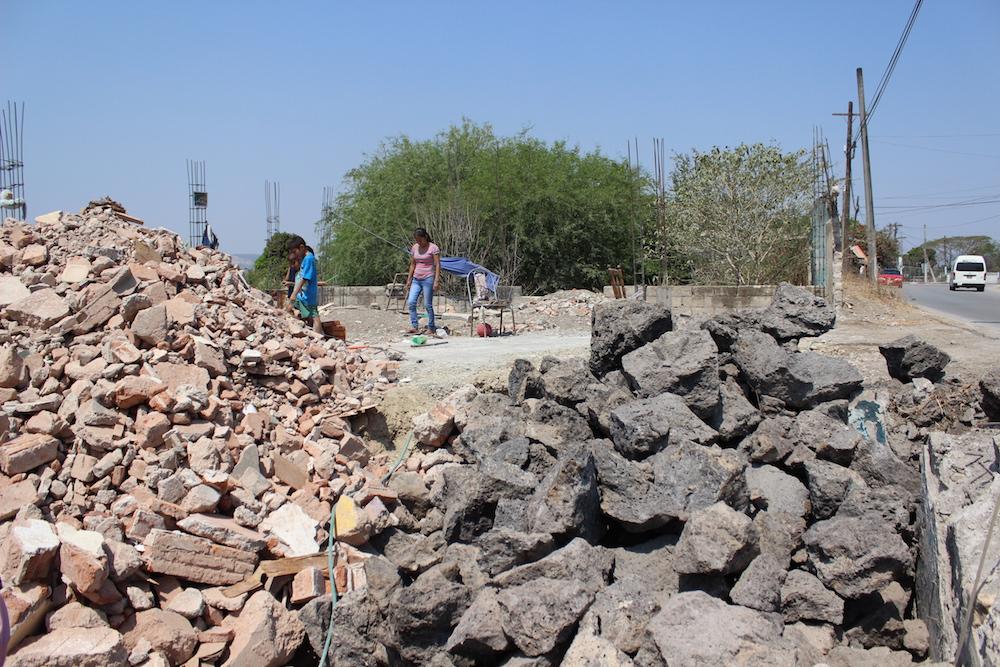 Derrumbe de casas en la carretera.