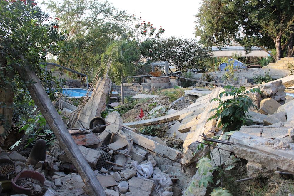 Escombros en el patio de una casa cerca del Río Apatlaco.