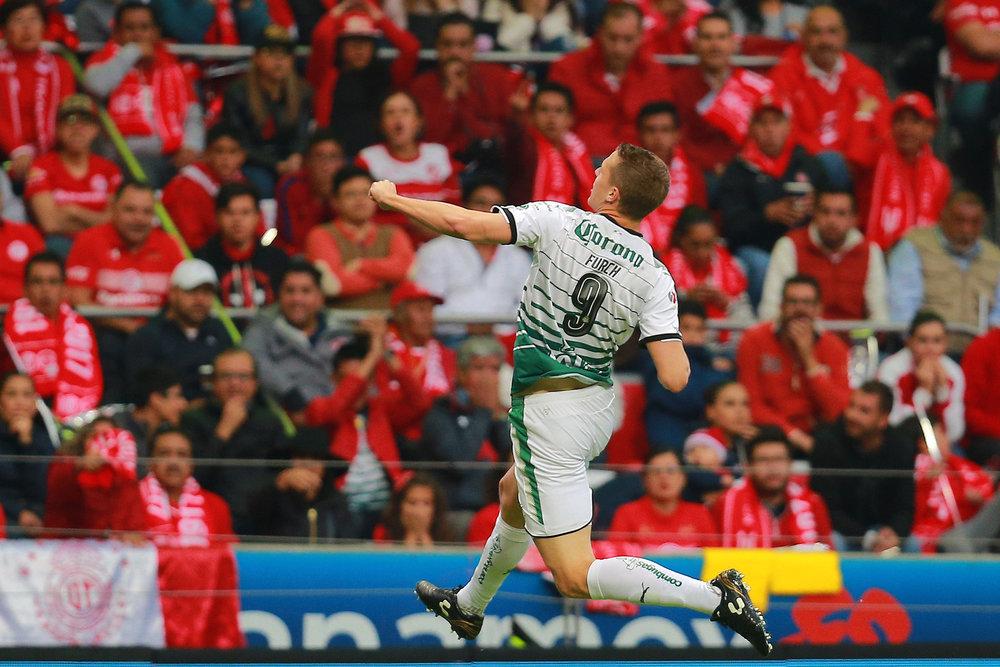 Furch celebrando el gol, que a la postre, significó el título para Santos.