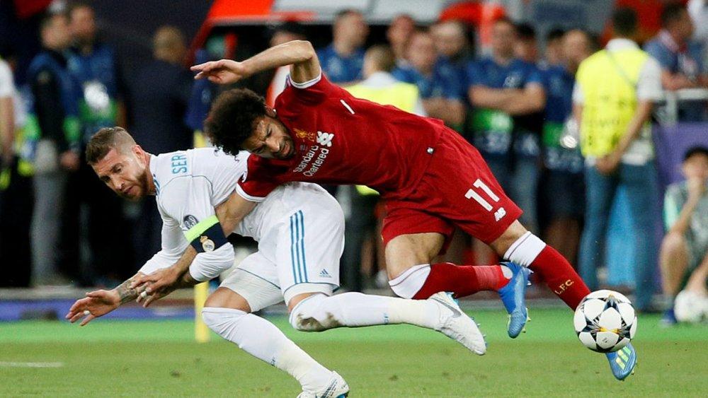 Forcejeo entre Sergio Ramos y Salah.