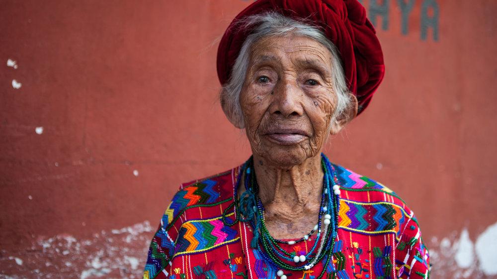Indígena-de-Guatemala-con-traje-típico-étnico.jpg