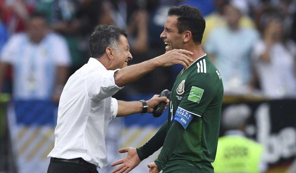 Juan Carlos Osorio y Rafa Márquez celebran el triunfo de México. Foto vía La FM