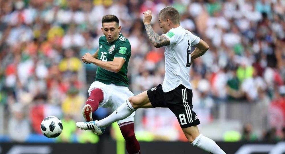 Herrera y Kroos disputan el esférico. Foto vía: Grada Norte