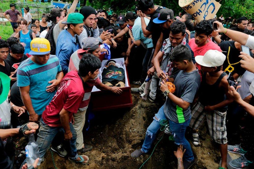El funeral de Jorge Carrión, quien falleció durante la represión de las protestas en MasayaCreditInti Ocon/Agence France-Presse — Getty Images