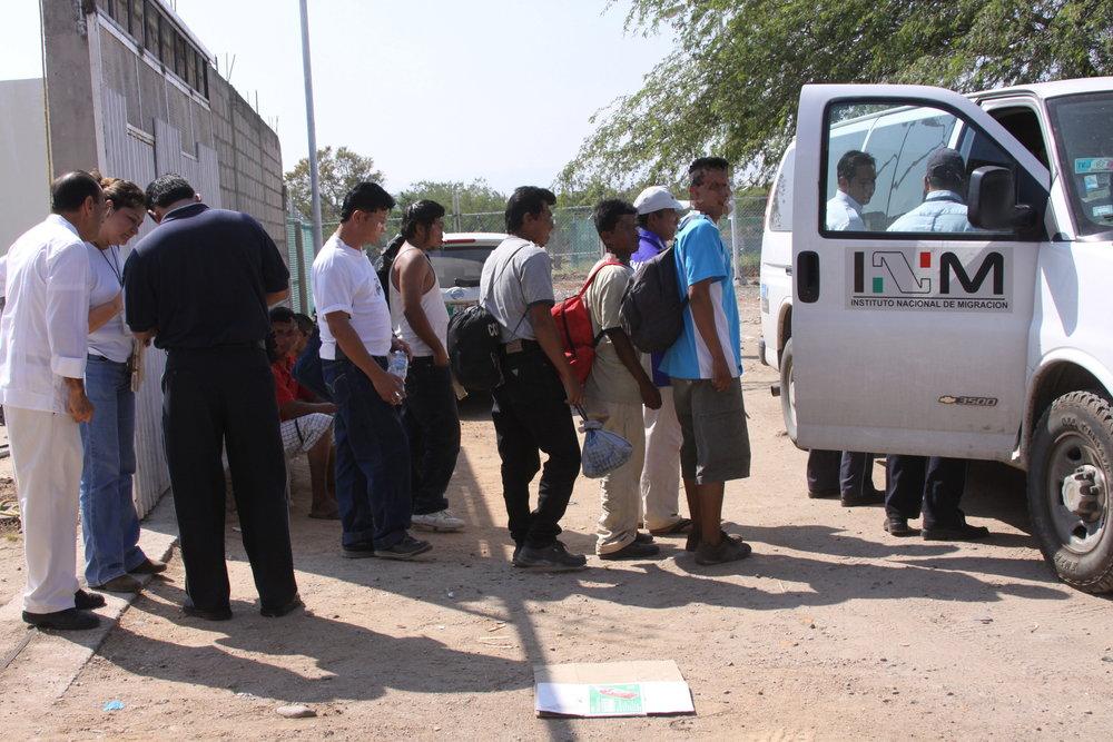 Detención de migrantes por agentes del Instituto Nacional de Migración. Vía Diario de Morelos.