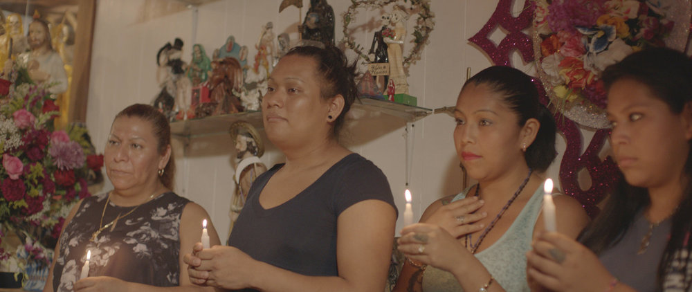 A la izquierda está Enriqueta, líder del culto en Tultitlán, Estado de México. Visitó a Arely Vazquez en N. Y. para asistir a la celebración.