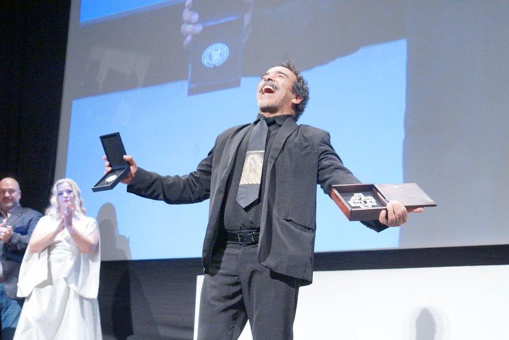 La ceremonia de entrega de la Cruz de Plata al actor mexicano Damián Alcázar fue tan emotiva que llevó al actor hasta las lágrimas y a dedicar del premio a su hijo Emiliano Alcázar.
