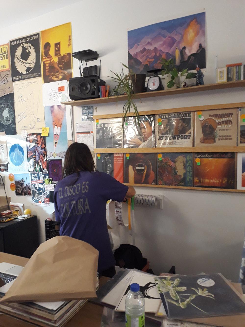 Kris Guilty, mostrandonos el lema de La Rama Records