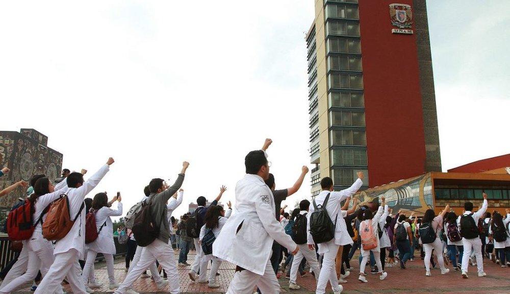 Estudiantes de la Facultad de Medicina dirigiéndose a Rectoría. Vía Noticieros Televisa