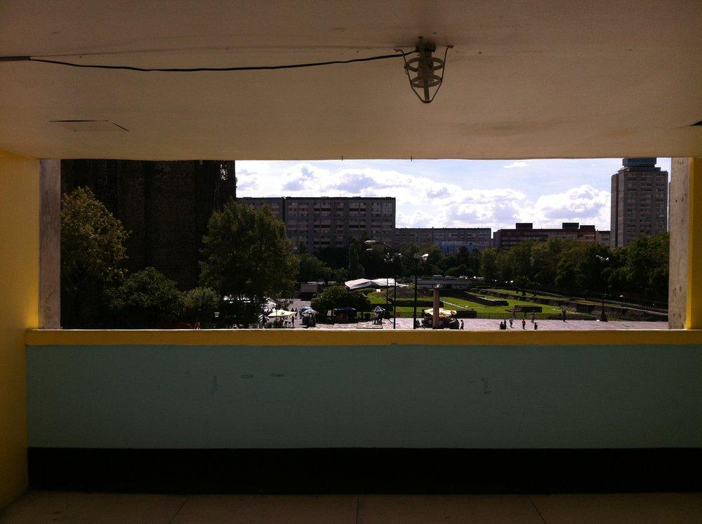 """La tarde del  2 de octubre de 1968 estaba  llena de estudiantes, fotógrafos, periodistas y agentes no uniformados. Los integrantes del  Consejo Nacional de Huelga  están en esa posición privilegiada, frente a la  Plaza de las Tres Cultura  , los oradores pueden ser vistos por la multitud. Después de las 17:00 hrs., Myrthokleia Adela González, estudiante del IPN, que había sido designada como maestra de ceremonias, organizó el mitin. """"  El acto transcurre un tanto somnoliento, aunque emotivo  """", escribió  Carlos Monsiváis  sobre los primeros minutos. A las 18:10 hrs. Varios bengalas iluminaron la histórica plaza y los disparos. """"  No corran, no corran, es una provocación. """", Gritaban los estudiantes. * Foto: Mario Gutiérrez Vega.  #M68"""