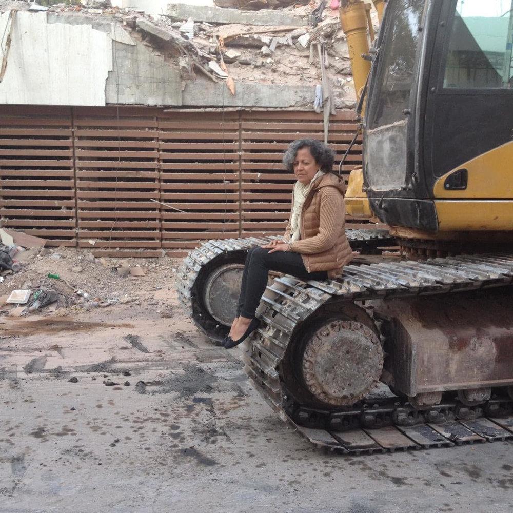 Araceli Ramírez Cruz, deteniendo una grúa tras el sismo 19S.