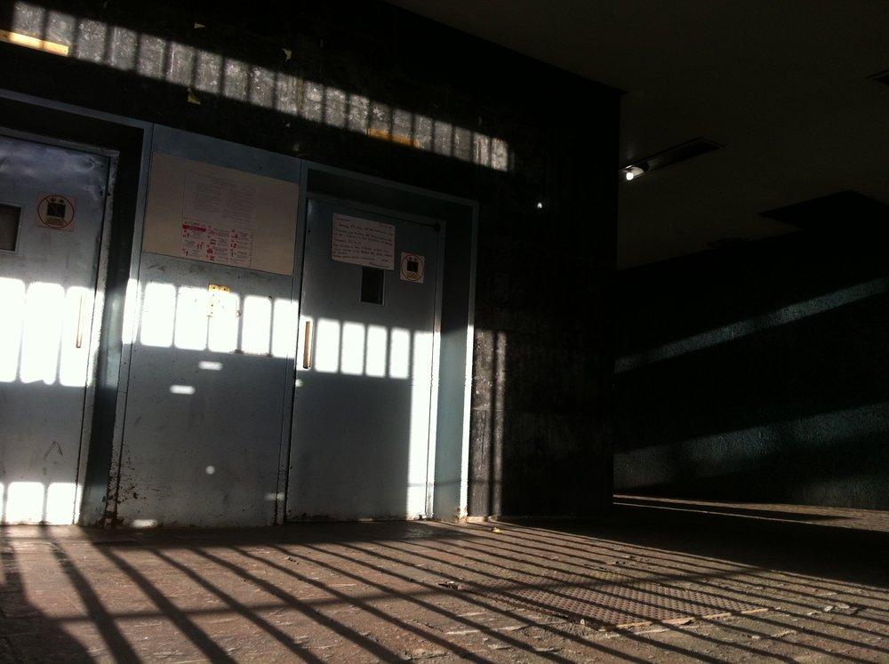 Ascensores en el vestíbulo del Edificio Chihuahua.   El inmueble fue el centro de operaciones del Batallón Olimpia, que poco después de las 18:10 horas del 2 de octubre irrumpió en el mitin que se realizaba en Tlatelolco. Los militares, que portaban en la mano izquierda un guante blanco para identificarse, tomaron el control absoluto de los pasillos, escaleras y salidas del Edificio Chihuahua. Los soldados desnudaron y pusieron contra los elevadores a los estudiantes. * Foto: Mario Gutiérrez Vega.  #M68