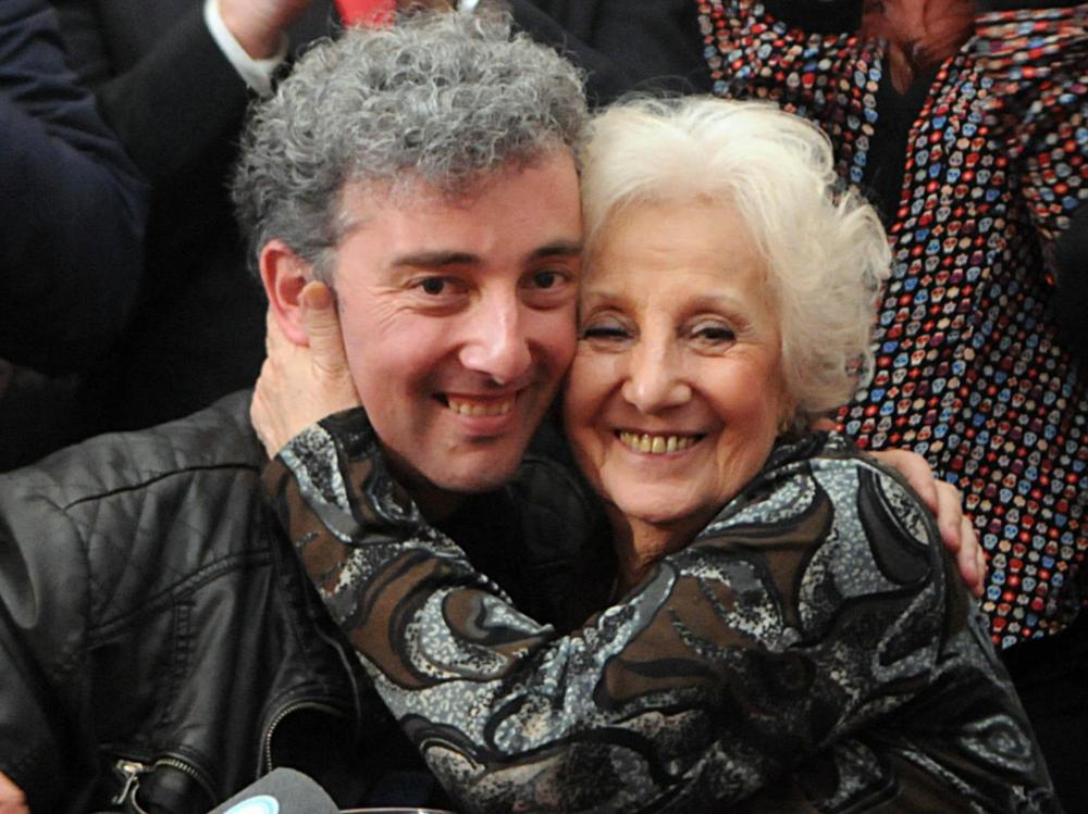 De Carlotto, al lado de su nieto, a quien encontró después de tres décadas de incansable búsqueda. Foto vía: laprimerapieda.com.ar