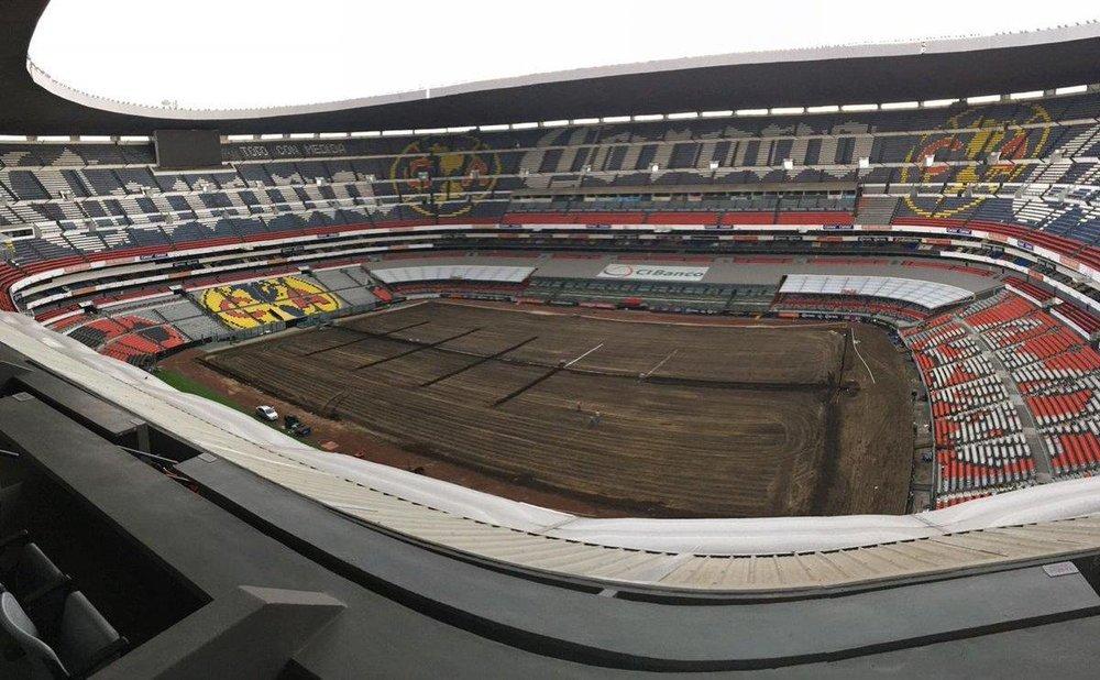Instalación de pasto híbrido en el Estadio Azteca.