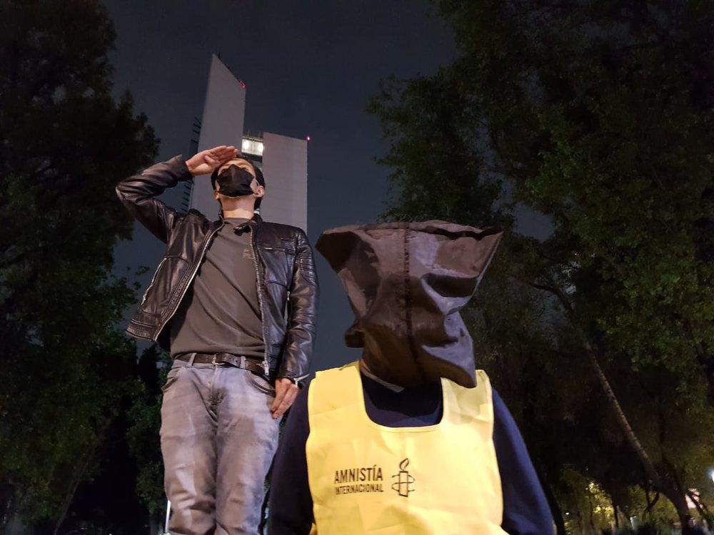Representando ejecuciones extrajudiciales, un grupo de activistas realizó la representación. Al fondo, se aprecia el edificio del Senado.