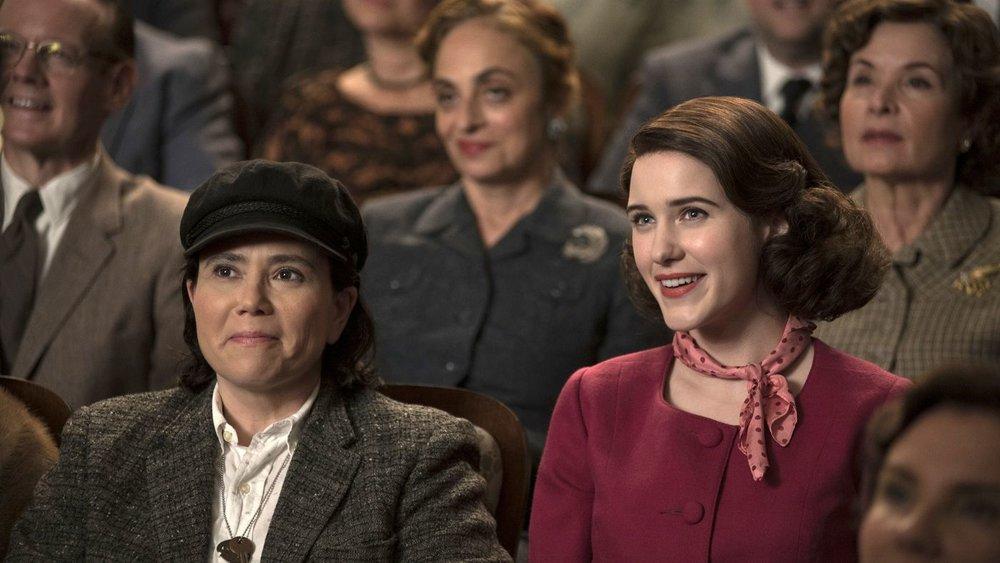 Alex Borstein y Rachel Brosnahan en  The Marvelous Mrs. Maisel  (Amazon)