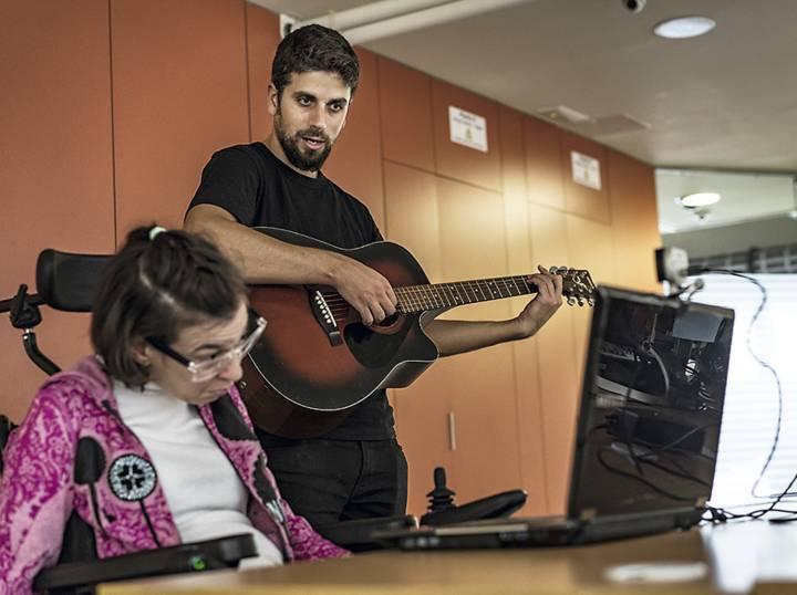 Vamvakousis, durante una de sus clases en la Asociación Catalana de Parálisis Cerebral. Foto de Carmen Secanella para   El País Semanal  .