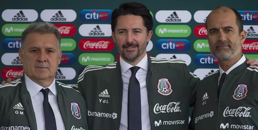 Gerardo Martino junto a Yon de Luisa y Guillermo Cantú, dirigentes de la Federación Mexicana de futbol.