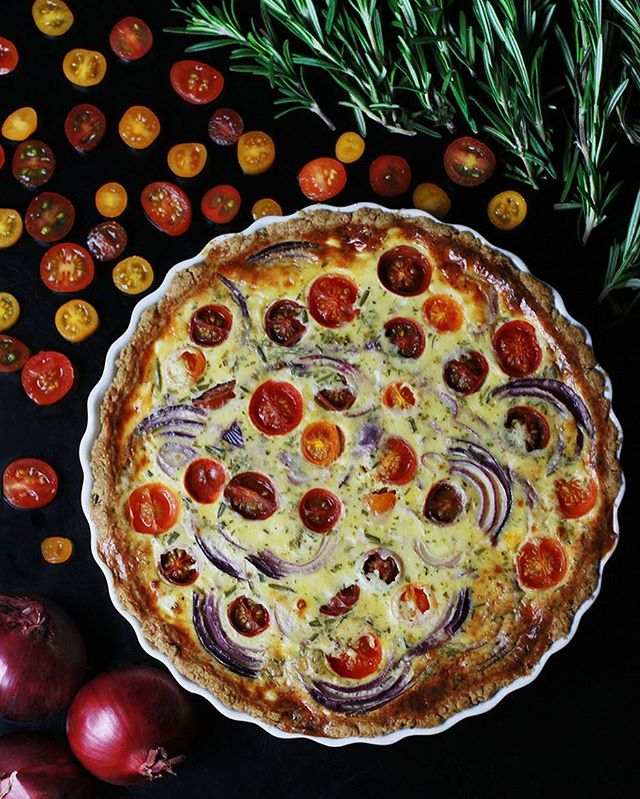 We have a new recipe online 🍅 you find the link in bio🔝 It's a gluten free and vegetarian TOMATO, RED ONION AND PECORINO QUICHE -  This eye candy is an all-season darling - a perfect rustic treat in colder months as well as a delicious companion for picnic and lake trips on days of sunnier weather. It can be enjoyed fresh from the oven or cold, on its own or paired with a crunchy green salad!