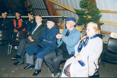 Popen pyramiidin -lennokit-purjelento-moottorilento, läpikäyneet kolme veteraania ja hävittäjälentäjää Piikajärvellä Porin Ilmailukerhon 70 -vuotistapaamisessa elokuussa 1998. Vasemmalta Kosti Koskinen, Eero Raesma ja Kyösti Karhila.  Kuva Pertti Haavaste