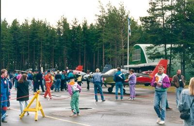 Piikajärvi FlyIn -tapahtumat keräsivät 1990 -luvulla runsaasti osanottajia. Ohjelmassa oli pienimuotoinen tarkkuuslentotehtävä saapumislennon yhteydessä sekä lentoturva-aiheisia esitelmiä.  Kuva Pertti Haavaste