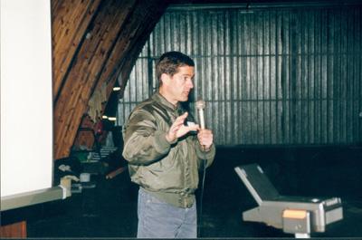 Harvinainen vieras Piikajärvi FlyIn -tapahtumassa: Commander L.A. Fox, United States Navy, esitelmöi lentotukialustoiminnasta.  Kuva Pertti Haavaste