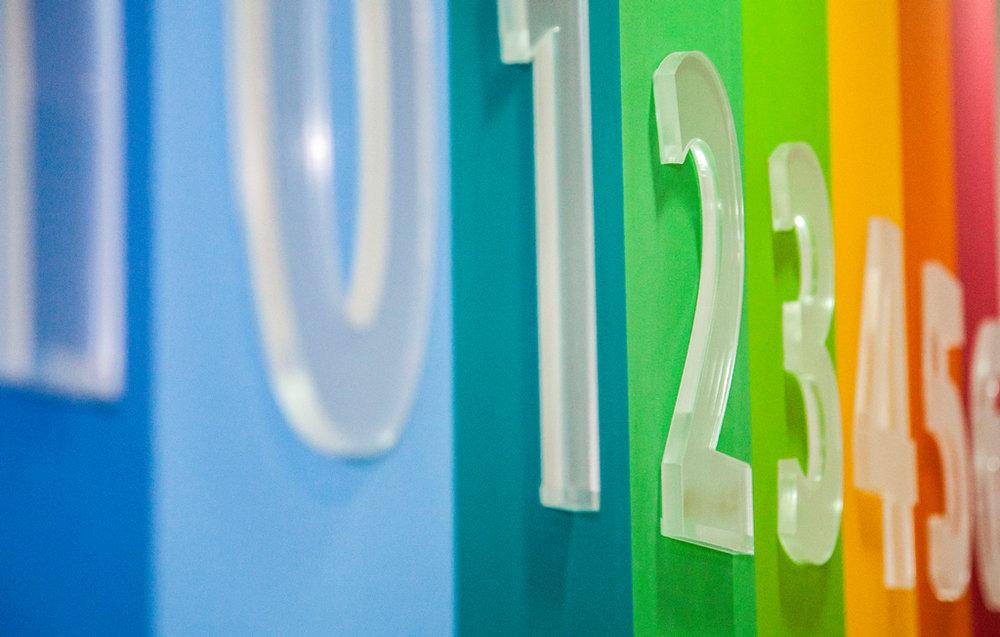 Números de acrílico transparente sobre colores de recepción