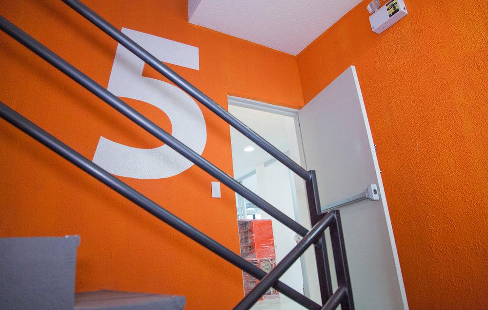 Números y colores aplicados en las escaleras del edificio