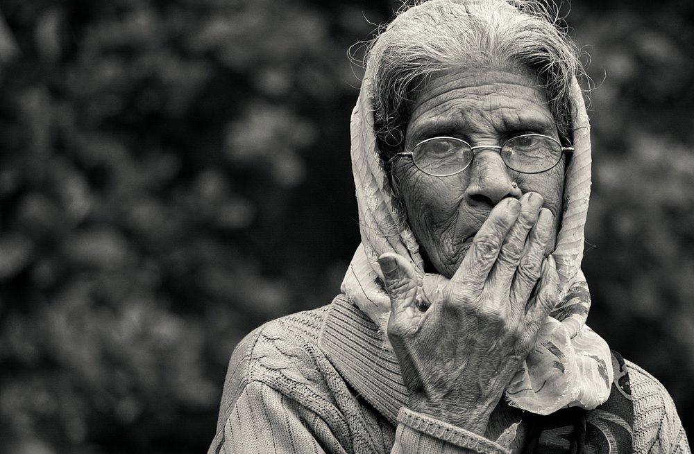 old-lady-2724163_1920.jpg