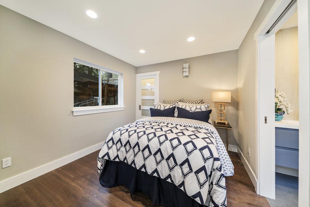 Solstice Houseboat Guest Bedroom.jpg