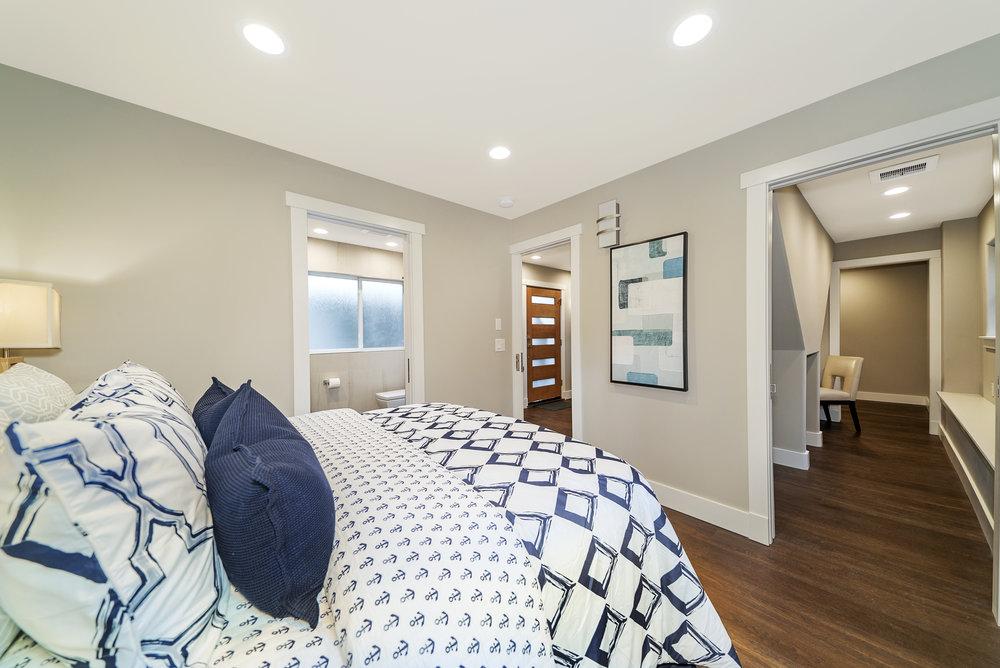 Solstice Houseboat Guest Bedroom 3.jpg